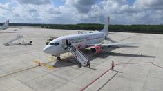 Vivaaerobus Boeing 737-300 at Cancun, Mexico Photo by Agustin Velazquez