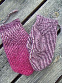 Crochet Mittens, Mittens Pattern, Fingerless Mittens, Knitted Gloves, Knit Or Crochet, Knitting Stitches, Knitting Socks, Hand Knitting, Knitting Patterns