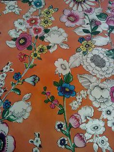 Behang, oranje achtergrond witte en gekleurde bloem. Vrolijk!