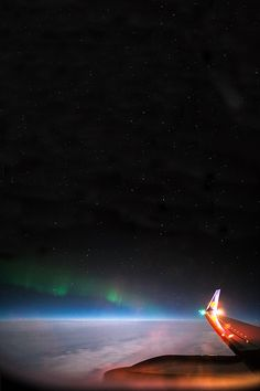 Northern lights outside a planes window... STUNNING❤️