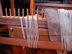 "Wolle Natur Farben : ""Rezept"" für kleine gewebte Wolldecken Plaids Teil 2 Home Decor, Wool Quilts, Woven Chair, Loom, Natural Colors, Cardboard Paper, Weaving, Wool, Recipe"
