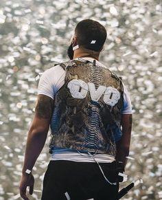 Listen to every Drake track @ Iomoio Drake Fashion, Mens Fashion, Drake Wallpapers, Iphone Wallpapers, Rapper Costume, Drake Rapper, Drake Photos, Drake Scorpion, Drake Drizzy