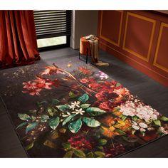 Een vloerkleed met groot bloemendessin komt extra mooi uit gecombineerd met velours accenten, diepe herfsttinten en een donkere vloer. Soft Colors, Colorful Decor, Rugs, Interior, Painting, Groot, Home Decor, Velvet, Soothing Colors