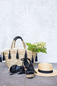 saw bags and espadrilles Basket Style, Espadrilles, Basket Bag, Beach Wear, Summer Bags, Summer Essentials, Sun Hats, Straw Bag, Handbags