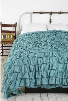 LOVE this ruffly quilt. I could TOTALLY make this! 2 flat sheets sewn together and it would work, right?