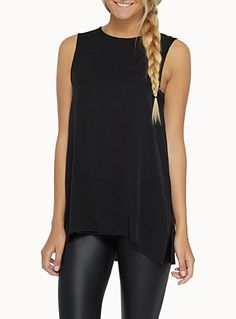 Exclusivité Twik     L'inspiration athlétique d'une longue blouse avec zip contrastant au dos et profondes fentes latérales   Léger tissage texturé   Forme…