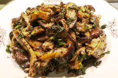 - 3 linguri ulei de masline - 300 g de ciuperci (de preferinta marinate): shiitake, pleurotus galben, pioppino, maitake - menta cruda taiata marunt - ciupercile se fierb/prajesc 10-15 minute in tigaie cu capac se opreste focul si se adauga 1-2 linguri de otet de mere, o lingura sos de soia, menta, 1/2 - 1 lingura de busuioc crud sau uscat - cu focul oprit se mai amesteca cu o spatula de lemn 1-2 minute, apoi se serveste ca aperitiv - in unele retete se adauga si seminte de anason Japchae, Beef, Cooking, Ethnic Recipes, Food, Meat, Kitchen, Essen, Meals