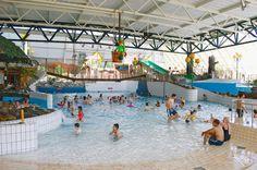 Oostappen Vakantiepark Blauwe Meer is een gezellig en compleet park voor jong en oud, gelegen te midden van de bossen, heide, vennen en zandheuvels van natuurreservaat De Lage Kempen. Het biedt je verwarmde openluchtzwembaden met waterglijbaan en een natuurplas met zandstrand en ligweide. Lommel is niet alleen 'de natuurstad van Vlaanderen', maar mag zeker ook beschouwd worden als een wandel- en fietsparadijs. Vakantiepark Blauwe Meer is gelegen op minder dan een uur van attractieparken .