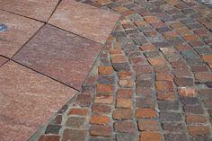 Piazza Szczepanski, Cracovia, Polonia. Realizzata con cubetti di Porfido del Trentino controllato, decori realizzati con cubetti di Basalto e cubetti di Porfido Santa Rosa lavorati.  Realizzata da Europorfidi.  #porfido #trentino #pavimenti #pietra #naturale #basalto #square #piazza #polonia #cracovia #cubetti #poland #europorfidi #design #style Sidewalk, Design, Style, Pink, Krakow Poland, Swag, Side Walkway, Walkway