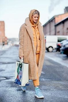 96 Outfits to Wear When You're Bored of Your Clothes 96 New Outfits – Ideas When You Get Bored City Outfits, New Outfits, Winter Outfits, Printed Pants Outfits, Leopard Print Pants, Monochrome Outfit, Street Style, Athletic Fashion, Winter Looks