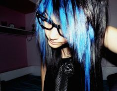 Blue and black scene hair with nerd glasses Black Scene Hair, Emo Scene Hair, Emo Hair, Undercut Hairstyles, Diy Hairstyles, Scene Hairstyles, Hairdos, Hair Jelly, Blue Haired Girl