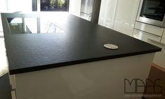 Diese in Malente/ Schleswig-Holstein montierten Nero Assoluto Zimbabwe Arbeitsplatten haben eine Eco Antik Oberfläche.   http://www.arbeitsplatten-deutschland.com/aktuelle/projekte-malente-granit-arbeitsplatten-nero-assoluto-zimbabwe