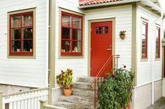 Fasad röd dörr