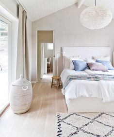 HOW TO MAKE YOUR SMALL BEDROOM LOOK BIGGER/ SEE MORE AT: http://modernhomedecor.eu/interiors/bedroom-look-bigger/
