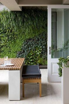 Comment faire un jardin vertical pas à pas Jardin Vertical Artificial, Artificial Green Wall, Artificial Plants, Vertical Garden Design, Vertical Gardens, Vertical Planting, Small Gardens, Garden Ideas To Make, Walled Garden