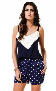 Lookbook Raizz Primavera-Verão 14 - Blusa de alça em cetim azul-marinho e branco. Shorts de poá com bolso faca