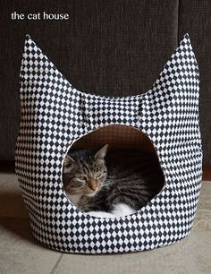 The cat house! (Jace did it !) The cat house! Niche Chat, Cat Toilet Training, Cat Basket, Cat Cave, Pet Furniture, Here Kitty Kitty, Pet Beds, Diy Stuffed Animals, Pet Accessories
