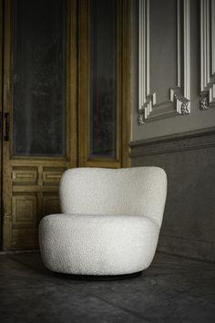 Fauteuil Anne is vernoemd naar de burgemeester van Parijs. Dit omdat in onze fantasie deze fauteuil in ons appartement aan de boulevard Beaumarchais staat. Ja, dream on... maar Anne zou er perfect passen. Haar vormen zijn rond en vrouwelijk zoals een sculptuur in de Jardin du Luxembourg. Als extra feature kan ze draaien. We hebben heel lang aan Anne gewerkt om haar perfect te krijgen. We hebben geschaafd en geschaafd, inderdaad alsof ze een sculptuur was, en nu is ze daar dan eindelijk! The Duchess, Sissy Boys, Homeland, Lounge, Couch, Interior, Furniture, Home Decor, Lounge Chairs