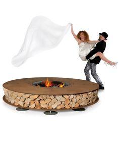 Outdoor-Feuerstelle ZERO -  Design und Kunst verschmelzen, einzigartiges Objekt entsteht: Skulptur, Feuerstelle, Grill und Holzablage in Einem!