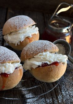 A classic British treat, these Cornish Splits are a lovely yeast bun, filled with jam and whipped cream. Perfect for a special dessert. Bakery Recipes, Dessert Recipes, Bread Recipes, English Dishes, Cream Bun, British Baking, Bun Recipe, Food Obsession, Sweet Pie
