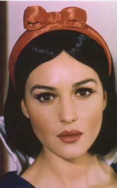 Monica Bellucci as Snow White Hollywood Fashion, Hollywood Actresses, Old Hollywood, Veronica Lake, Monica Belluci Malena, Monica Bellucci Makeup, Monica Bellucci Young, Divas, Italian Actress