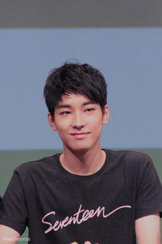 woah, an actual smile! Mingyu Wonwoo, Seungkwan, Woozi, Seventeen Wonwoo, Seventeen Debut, Hip Hop, Choi Hansol, Won Woo, Books For Boys