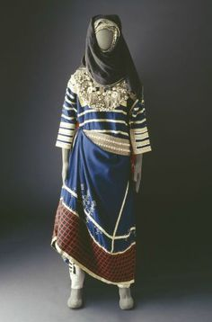 A costume of the Thaqeef tribe from the Hada area (Saudi Arabia). The yoke and… Desert Clothing, Arabian Women, Folk Costume, Tribal Costume, Historical Clothing, Medieval Clothing, Traditional Dresses, Indian Outfits, Style Inspiration