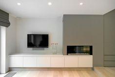 Coin télé dans salon épuré avec cheminée design