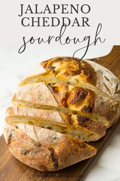 The most delicious sourdough bread recipe EVER. this is an artisan bread with chunks of sharp cheddar and spicy jalapeno peppers. Super delicious with sandwiches or served with soap, you will LOVE this flavorful bread recipe! Queso Cheddar, Jalapeno Cheddar, Cheddar Cheese, Cheddar Bread Recipe, Jalapeno Bread, Spicy Bread Recipe, Sandwiches, Pan Relleno, Pain Au Levain