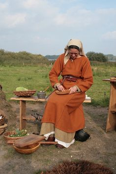 En fri kvinne av tegneætt eller bondeætt. Viking Life, Viking Woman, Vikings, Viking Food, Renaissance Time, Viking Reenactment, Viking Culture, Viking Dress, Viking Clothing