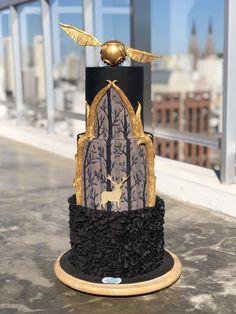 Torta de 3 pisos Harry Potter Cake, Bird Feeders, Outdoor Decor, Cakes With Fondant, Harry Potter Cakes, Teacup Bird Feeders