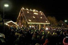 """Von einem entscheidenden Knopfdruck hing Ende November 2015 alles ab. Mit einem Mal sollte um 18 Uhr das gesamte Haus der Familie Völtz in Atsch in weihnachtlichem Glanz erstrahlen. Denn zur""""Anschalt-Party"""" waren rund 300 Menschen gekommen."""