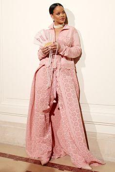 リアーナの存在感抜群の個性的なファッションを見る!