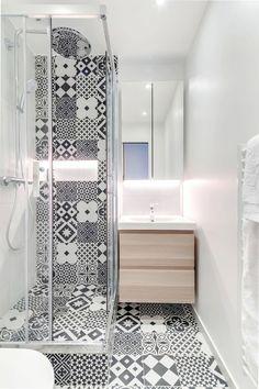 Une toute petite salle de bains se pare de blanc et de bois