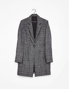 Abrigo de lana con corte masculino. Descubre ésta y muchas otras prendas en Bershka con nuevos productos cada semana
