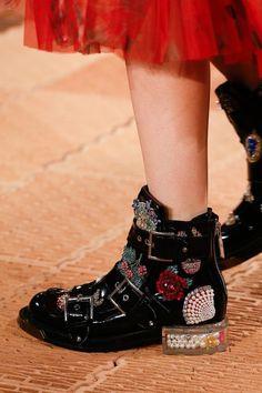 Alexander McQueen Spring 2018 Ready-to-Wear Fashion Show Details