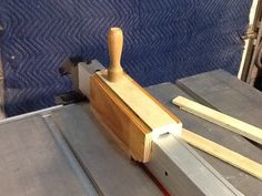 Sliding push block for the table saw fence for ripping thin strips and small parts. -- Patrick's work shop on Lumberjocks