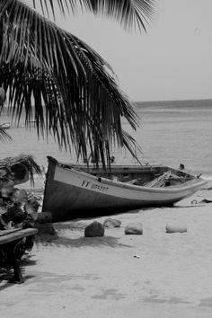"""Photographie noir et blanc """"bateau échoué"""" martinique, mai 2015"""