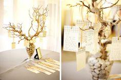 Luxuriöse Tischdekoration in Gold für eine Hochzeit im Herbst-aufgehängte Zettelchen mit GLückwünschen