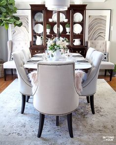Learn how to create these elegant fall table settings with a blue and white color palette using white dishes, blue and white chinoiserie bowls, navy napkins, sparkly mercury glass and a transitional holiday centerpiece accented Dining Room Sets, Dining Room Design, Dining Room Table, Dining Room Furniture Sets, Apartment Interior Design, Home Interior, Interior Design Living Room, Traditional Dining Room Furniture, Decoration Table