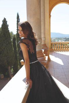 Prachtige zwarte trouwjurk Ladybird, model A-lijn met tulen rok en zwarte applicaties. Mooie zilverkleurige tailleband. Wedding Dresses 2018, Formal Dresses, Wedding Beauty, Charlotte, Backless, Couture, Elegant, Maine, Model