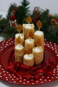 Sono candele davvero originali e ideali da portare in tavola a Natale. Un dessert dal sapore delicato, ma sopratutto un centrotavola diverso dagli altri. Pasta biscotto con granella di nocciole, farcita con della ganache al cioccolato bianco. Christmas Dishes, Christmas Sweets, Christmas Cooking, Christmas Candles, Mini Desserts, Dessert Recipes, Food Garnishes, Xmas Food, Snacks Für Party