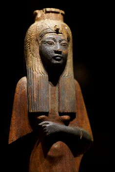 *EGYPT~Königin Ahmes Nefertari mit Geierhaube(QueenAhmesNefertari w/vulture headdress)The statuette of painted wood comes from the New Kingdom,18-20dynasty (from1550-1070 BC).The queen Ahmes-Nefertari(c.1575-1505 BC)was the wife+sister of thePharaohAhmose I +mother of Pharaoh Amenhotep I.It was called the Great Royal Wife+also carried the titleGod'sWife of Amun.She survived her husband+ruled during the reign of her son,whom she probably also survived.She died at about 70yrs...