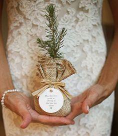 Una bomboniera originale è quella biologica. Sono prodotti da mangiare, magari legati al posto in cui si celebrano le nozze. é l'ultima moda nel 2011.