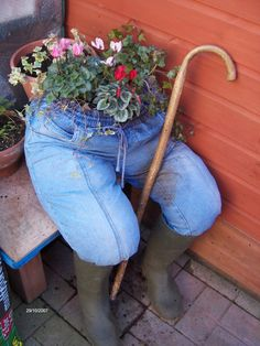 Upcycle old Jeans,old wellies, old flower pot with plants. An idea to fill a corner in your garden, a real eye catcher. And at a low cost.