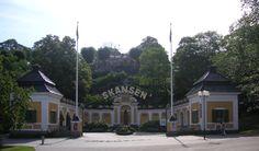 SKANSEN -  è il primo Museo all'aperto del Mondo. Con 300.000 metri quadrati di spazi a disposizione, tra parchi, giardini, riserve, abitazioni e fattorie tipiche provenienti da tutta la Svezia. Situato sull'isola di Djurgården, è il luogo in cui avvistare orsi, lupi, alci, festeggiare le ricorrenze tipiche come quella di Midsommar, tanto cara agli stoccolmesi, assistere ad eventi e concerti e visitare le officine di artisti e panificatori locali.