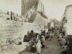 Marché à Tebessa, entre 1860-1890 , notez que la grande partie de la population ne porte pas de chaussure !