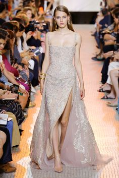 The complete Elie Saab Fall 2018 Couture fashion show now on Vogue Runway. Ellie Saab, Elie Saab Couture, Style Couture, Haute Couture Fashion, Juicy Couture, Couture Dresses, Fashion Dresses, Runway Fashion, Fashion Show