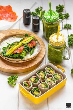 Wrapy z gryczanych naleśników z łososiem wędzonym, szpinakiem oraz awokado. Do tego zielone smoothie z jarmużem, bananem i pomarańczą oraz młodym jęczmieniem. Idealny pomysł na śniadanie i lunch do pracy.