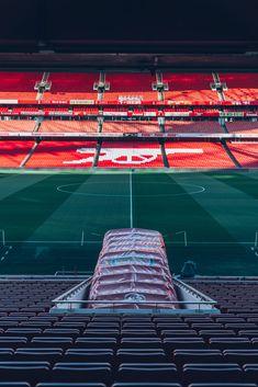 Tijdens een voetbalreis naar Londen mag een bezoek aan het Emirates Stadium van Arsenal niet ontbreken. Ook West Ham United, Chelsea & Tottenham Hotspurs zijn grote clubs uit de voetbalhoofdstad.   In onze E-reisgids vertellen wij welke voetbalclubs er nog meer te bezoeken zijn tijdens een voetbalreis naar Londen, Ga nu snel naar onze site voor meer informatie!  Foto: Unsplash The Eagles, Brentford, Fulham, Crystal Palace, Tottenham Hotspur, Glasgow, Fair Grounds, Fun, Travel